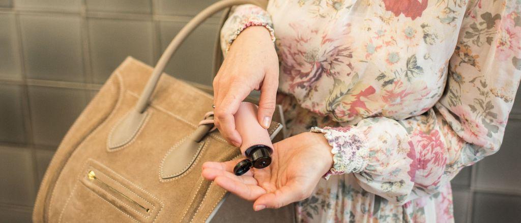 Hygiene_Handgel_Anwendung_Taschenanhänger_CarryME-Set_Classic_rosa_Tasche_beige